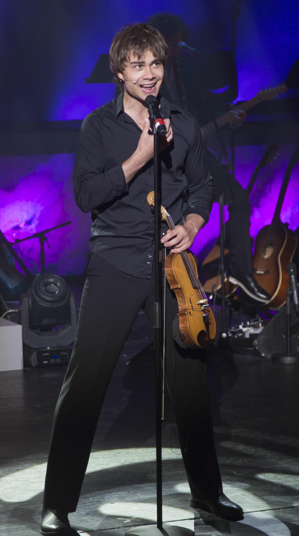 ELEKTRISK STEMNING: Alexander Rybak måtte improvisere da lynet slo ned i kulturhuset i Larvik under showet «Entertainer». Foto: Tore Skaar, Se og Hør