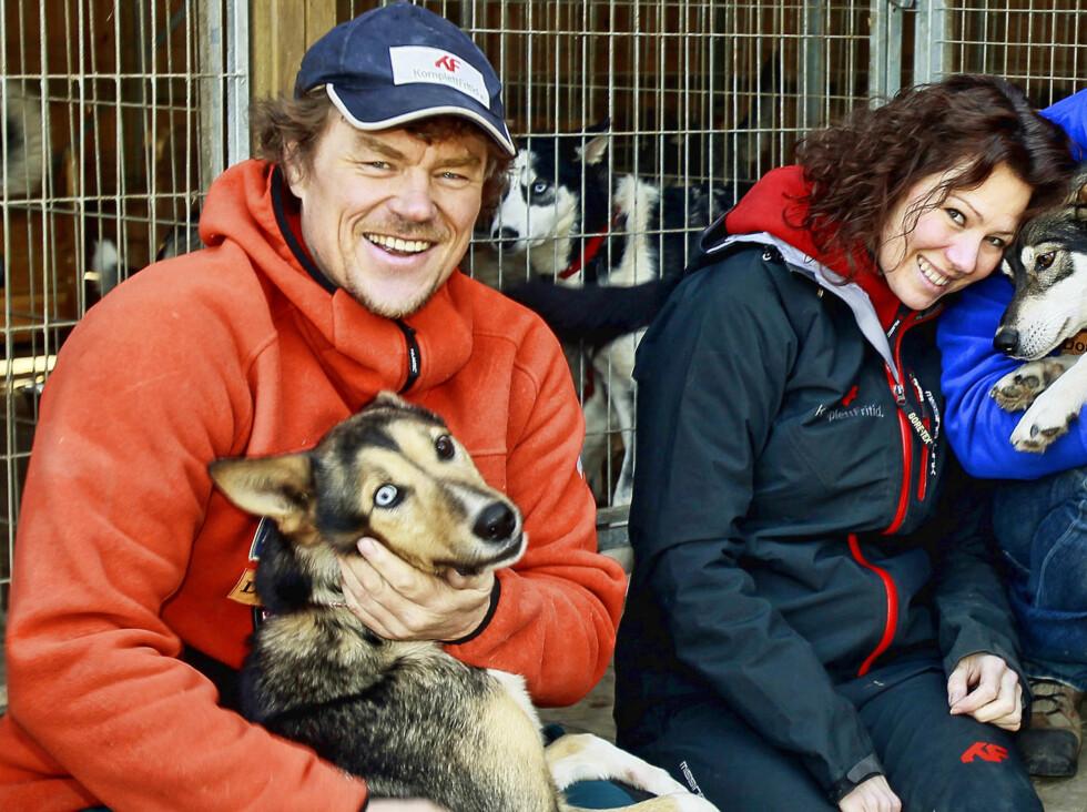 HOLDT PÅ HEMMELIGHETEN: Lars Monsen og Trine feirer i disse dager ett år som mann og kone - og trives aller best i det fri. Her er de sammen i NRK-serien «Monsen og hundene». Foto: NRK
