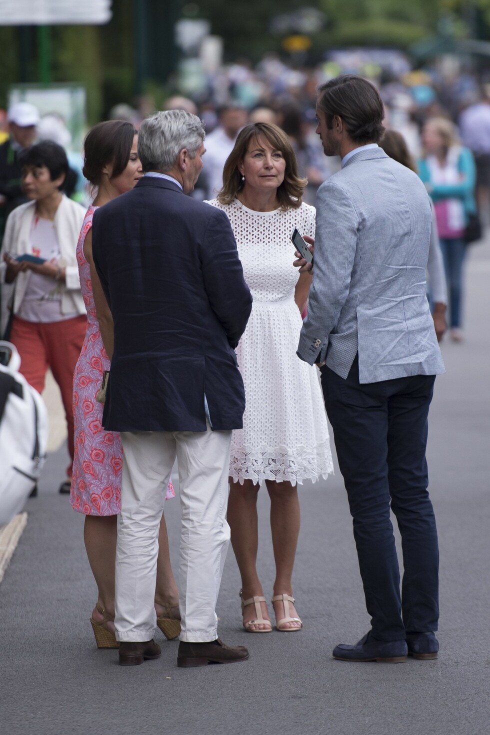 INNE I VARMEN: Også Pippas foreldre Michael og Carole Middleton var med kjærrsteparet på Wimbledon den 6. juli. Her står Middletons sammen med Pippas ferske forlovede James Matthews (t.h).  Foto: Xposure