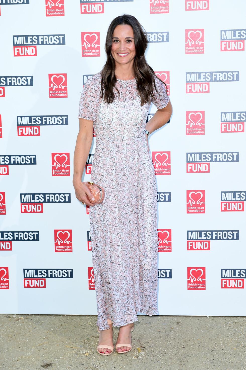 SKJULTE RINGFINGEREN: Da Pippa Middleton deltok på veldedighetsarrangementet Frost Summer Party mandag, sørget hun for å gjemme «forlovelsesringfingeren» sin for pressen.  Foto: Pa Photos