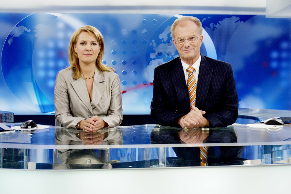 RUTINERT ANKER: Einar Lunde var nyhetsanker i «Dagsrevyen» i 40 år. Her er han avbildet med kollega Gry Blekastad Almås i 2007, tre år før han sluttet i NRK. Foto: NTB scanpix