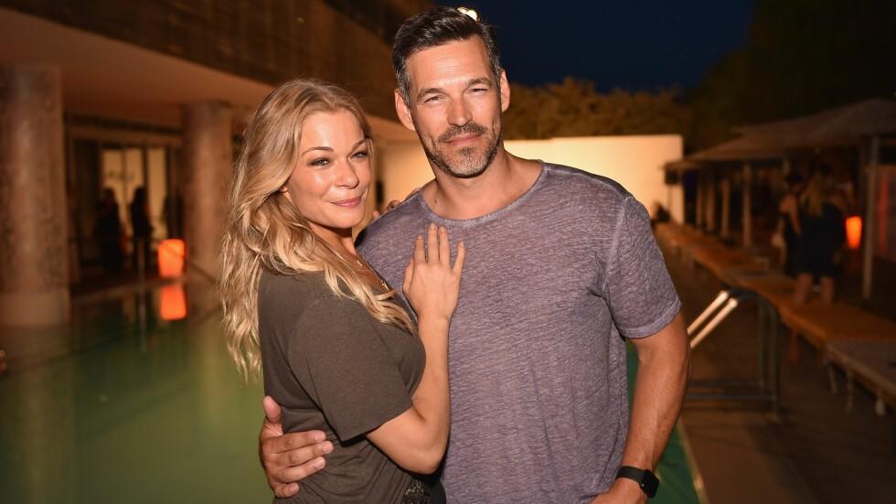 LYKKELIG GIFT: LeAnn Rimes har vært sammen med skuespilleren Eddie Cibrian siden 2009. Her er duoen fotografert sammen i Miami i fjor. Foto: Afp