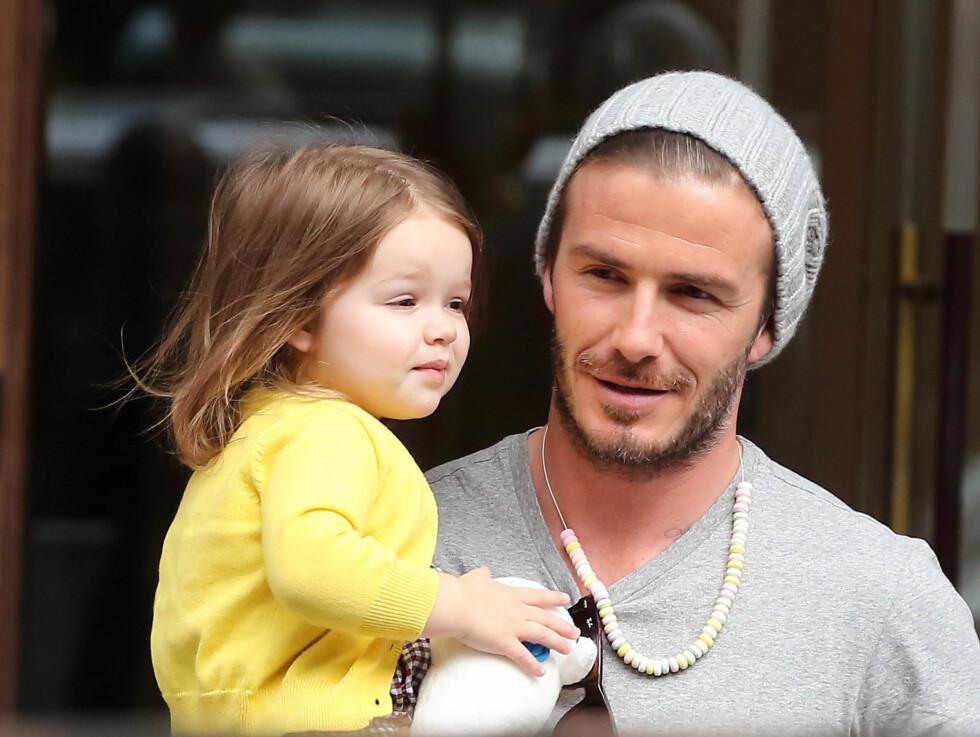 GODIS: Pappa Beckham hadde tatt på seg et godterismykke, som lille Harper koste seg med på shoppingturen. Foto: FameFlynet Sweden