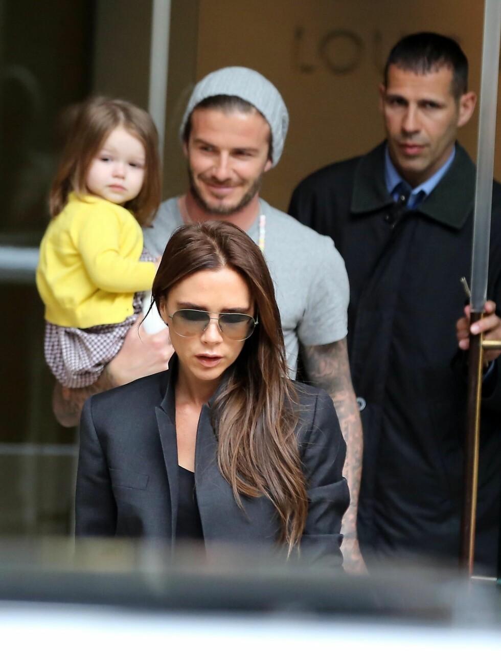 SHOPPING OG LUNSJ: Lille Harper koste seg i pappas armkrok da hun var med mamma og pappa på Louis Vuitton og lunsj i Paris.  Foto: FameFlynet Sweden