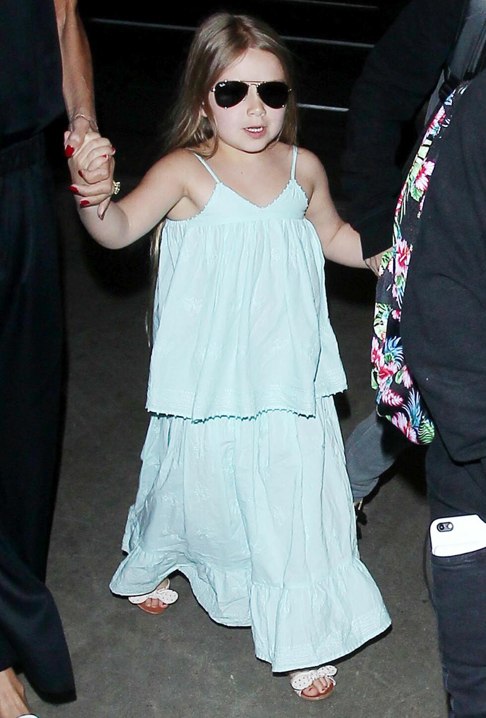 MOTELØVE: Victoria kler gjerne datteren opp i små designerkjoler, men den lille jenta elsker også å spille fotball med brødrene sine.  Foto: Broadimage