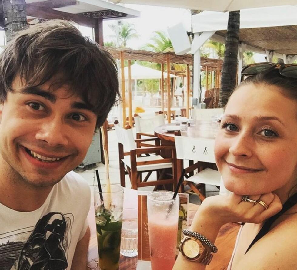 GOD STØTTE: Kjæresten Julie satt i salen under Alexanders premiere. Bildet er tatt da paret nylig var på ferie i Florida.  Foto: Alexander Rybak/Instagram