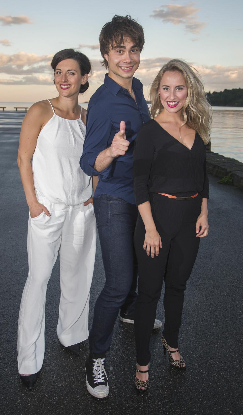 FEIRER JUBILEUM: Alexander har med seg Heidi Ruud Ellingsen og Sofie Bjerketvedt når han står på scenen i Larvik.  Foto: Tore Skaar