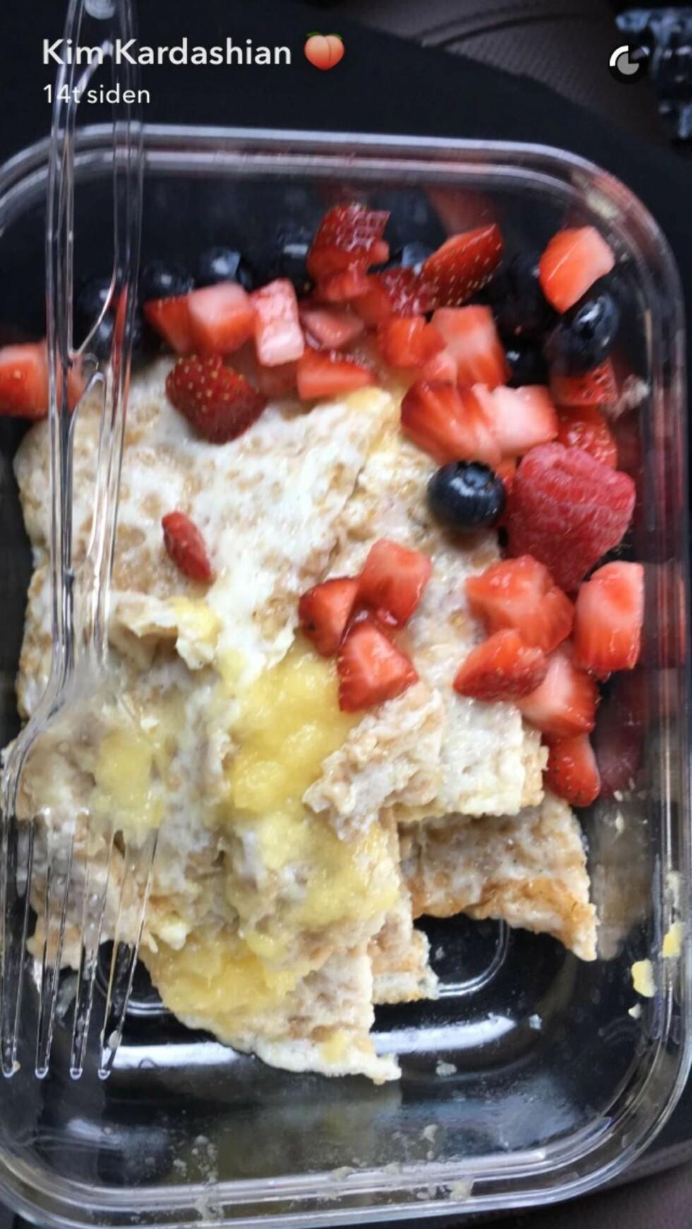 EGG OG BÆR: En omelett dekket med bringebær, jordbær og blåbær er blant frokostene på Kims plan. Foto: Snapchat