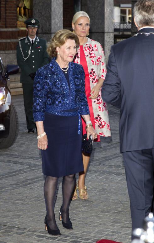 FÅR SKRYT FOR STILEN:  I forbindelse med grunnlovsjubileet i 2014 dukket Sonja opp i perlebrdert jakke med matchende belte over en mørkeblå kjole. Kjendisstylist er imponert over dronningens stilvalg. Foto: Andreas Fadum