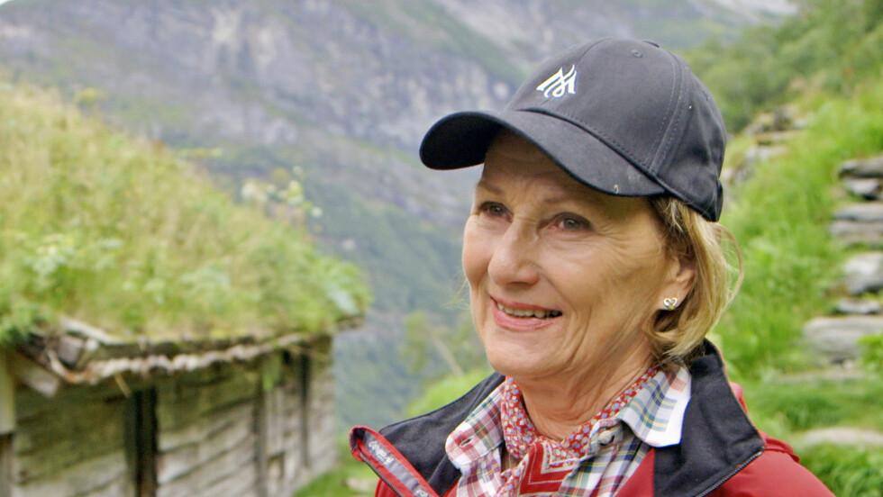 GLAD I FJELLET: Dronning Sonja har i hele sitt liv vært glad i å bevege seg ute i naturen. Her er hun avbildet i forbindelse med NRK-programmet «Fjelldronningea». Foto: NRK