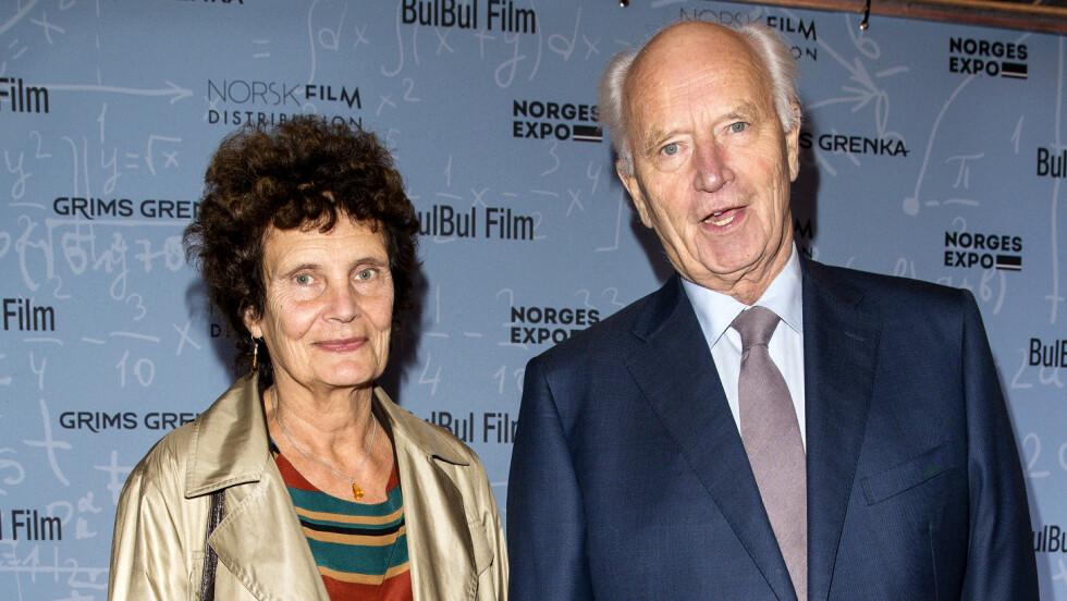 FLOTT PAR: Thorvald Stoltenberg er kjæreste med den 10 år yngre filmregissøren Anja Breien. Dette bildet er tatt i forbindelse med en filmpremiere i 2014. Foto: Andreas Fadum // Se og Hør