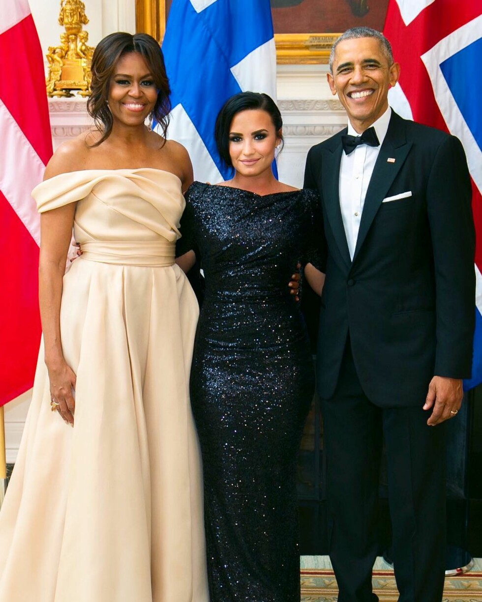STORT MØTE: Her poserer den unge jenta med selveste Barack Obama og konen Michelle. Foto: SipaUSA