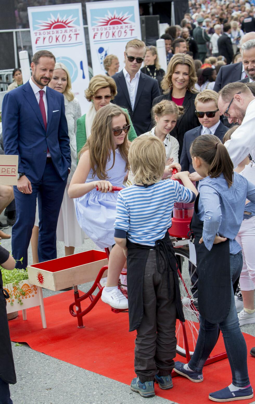 FIKK PUBLIKUM: Prinsesse Ingrid Alexandra testet ut «smoothie-sykkelen» i Ravnkloa mens hele familien fulgte med!  Foto: Danapress