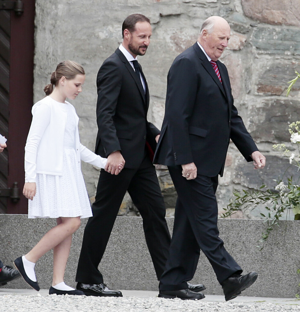 MED FARFAR: Prinsesse Ingrid Alexandra var med kronprins Haakon og kong Harald på fotografering av kronregaliene i Erkebispegården i Trondheim onsdag, også dette i forbindelse med markeringen av Kongeparets 25-årsjubileum. Foto: NTB scanpix