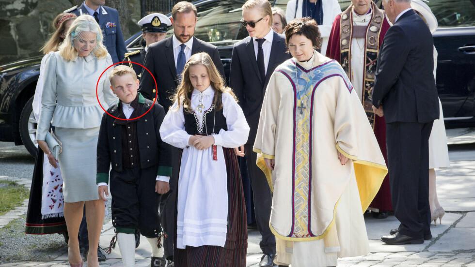 IKKE HELT FORNØYD?: Prins Sverre Magnus (foran t.v) så ikke spesielt begeistret ut i forkant av Kongeparets jubileumsgudstjeneste i Nidarosdomen i Trondheim torsdag formiddag. Foto: Danapress