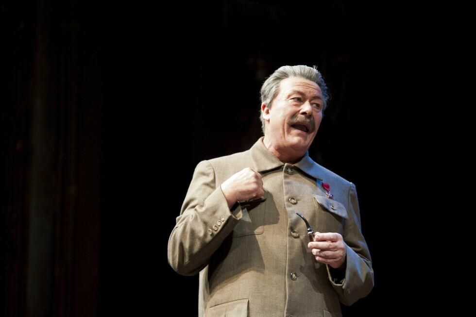 KJENT TEATERPROFIL: Nils Ole Oftebro på scenen som Stalin i stykket «Diktator mot Dikter» på Nationaltheatret i 2013.  Foto: NTB scanpix