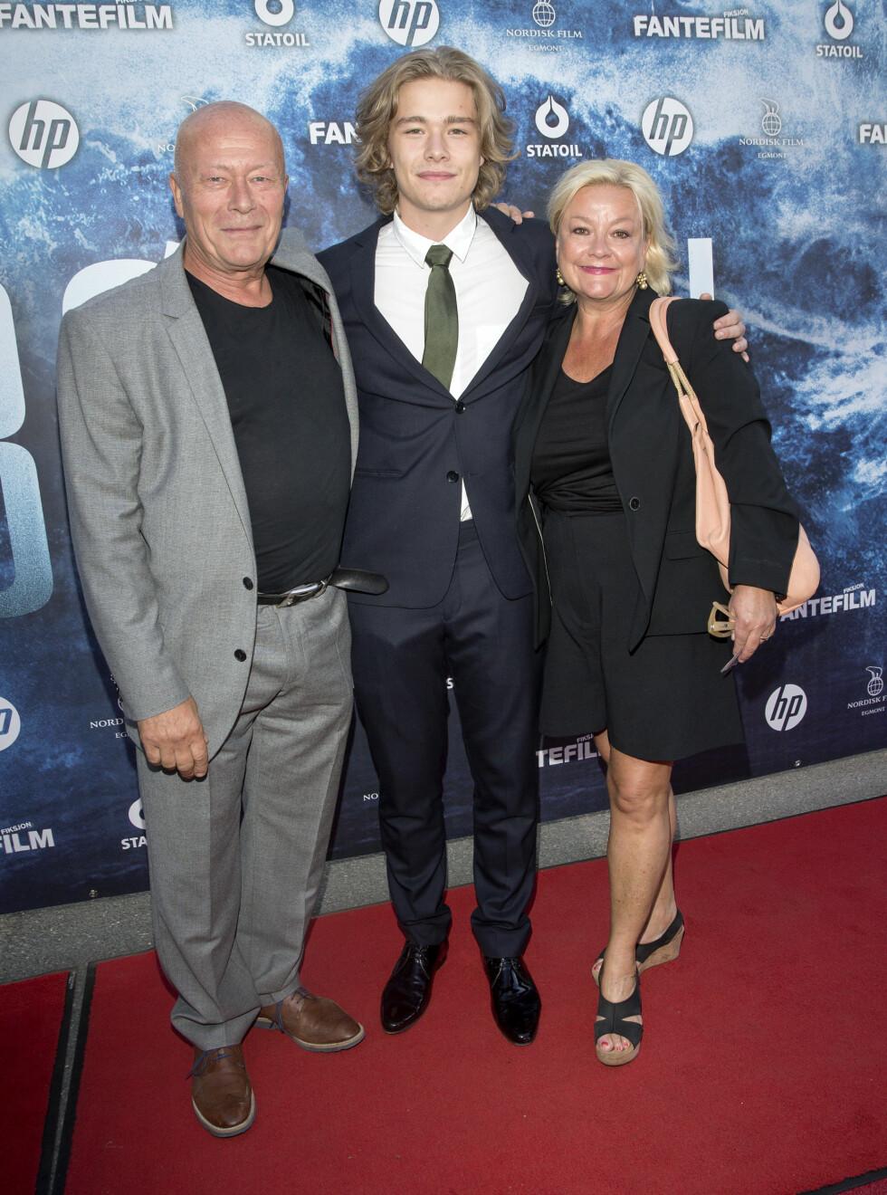 FLOTT GJENG: Både Nils Ole Oftebro, Anette Hoff og sønnen Jonas er skuespillere. I fjor hadde Jonas en av hovedrollene i den norske katastrofefilmen «Bølgen». Hans profilerte foreldrene var selvsagt med på premieren.  Foto: Andreas Fadum/ Se og Hør