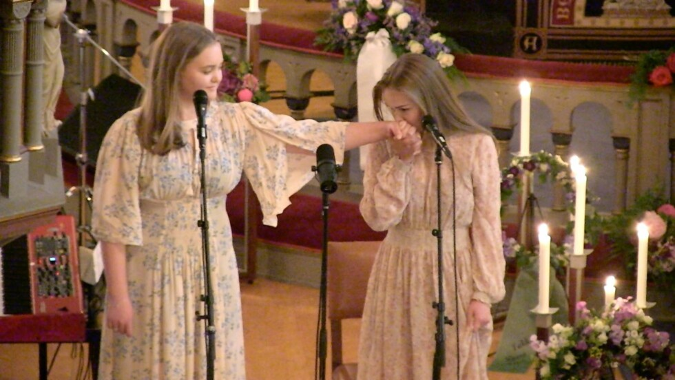 KJÆRLIG: Døtrene Nora og Anna sang nydelig for sin far.  Foto: Ida Nikolaisen