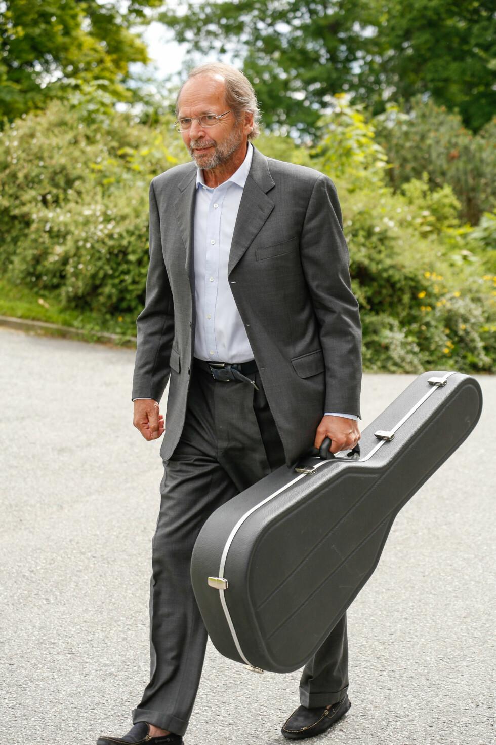 SYNGER: Ole Paus bidrar med sang i kirken.  Foto: Tor Lindseth