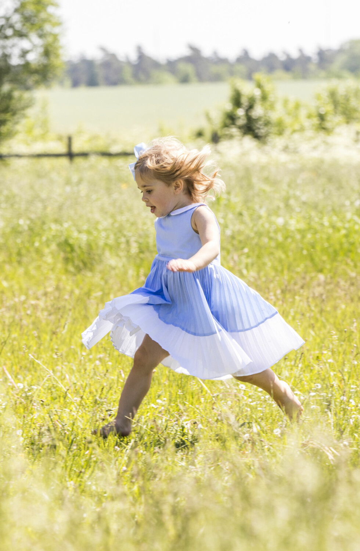 ENERGISK: Prinsesse Leonore klarte ikke å stå stille et sekund, og sprang langt vekk fra alle for å plukke blomster på egenhånd.  Foto: TT NYHETSBYRÅN