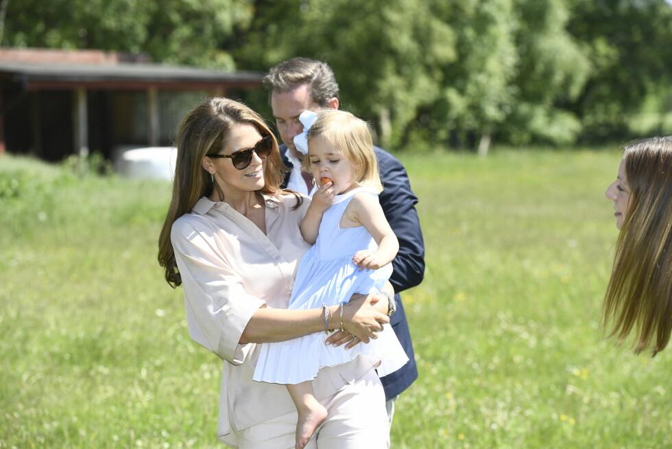 RAMPEJENTE: Prinsesse Madeleine fikk etter hvert tak i den sprelske toåringen. Da tok hun seg en stor bit av gulroten som hun egentlig skulle gi til hesten sin.  Foto: Aftonbladet