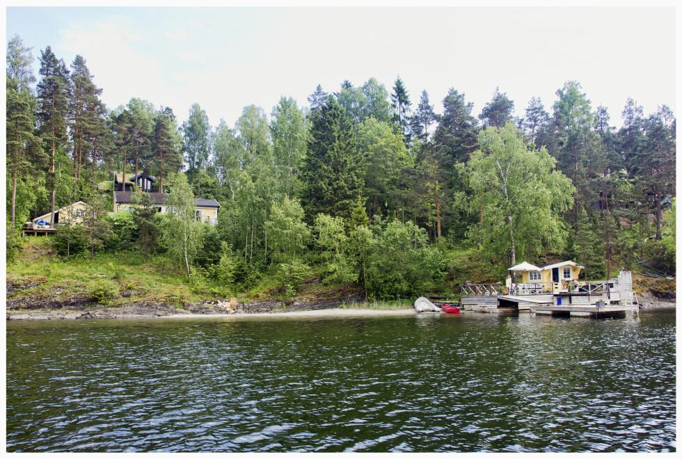 IDYLLISK: Elisabeth Andreassen kjøpte hytta på Brønnøya i Oslofjorden i 1992, et kjøp hun aldri har angret på. Stedet er en liten perle, der også et badehus, strand og brygge inngår. Foto: Tor Kvello/ Se og Hør