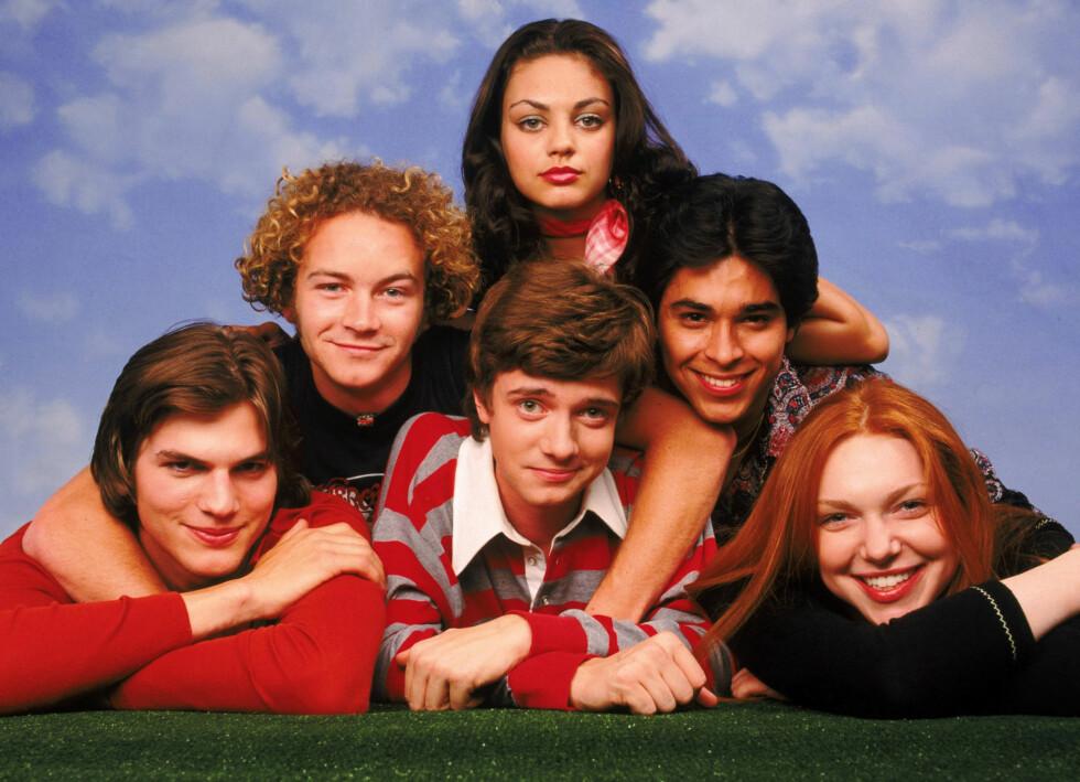 KOLLEGAER: Ashton Kutcher og Mila Kunis har kjent hverandre halve livet og var venner en årrekke før følelsene utviklet seg til kjærlighet. Her er de sammen med gjengen fra «That '70s Show» i 1998. Foto: 20TH CENTURY FOX / Album