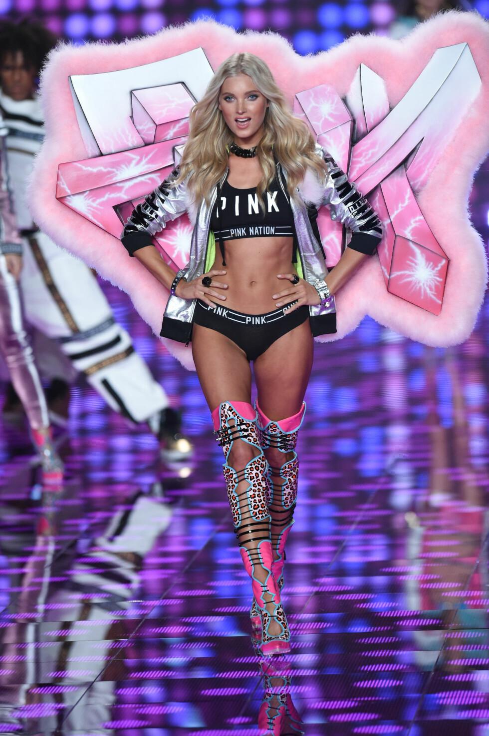 NR. 3: Den svenske, 26 år gamle modellen Elsa Hosk. Hun har gått det årlige undertøysshowet til Victoria's Secret i flere år allerede - her på catwalken i desember 2014. Tidligere har hun spilt basketball på profesjonelt nivå.   Foto: Abaca