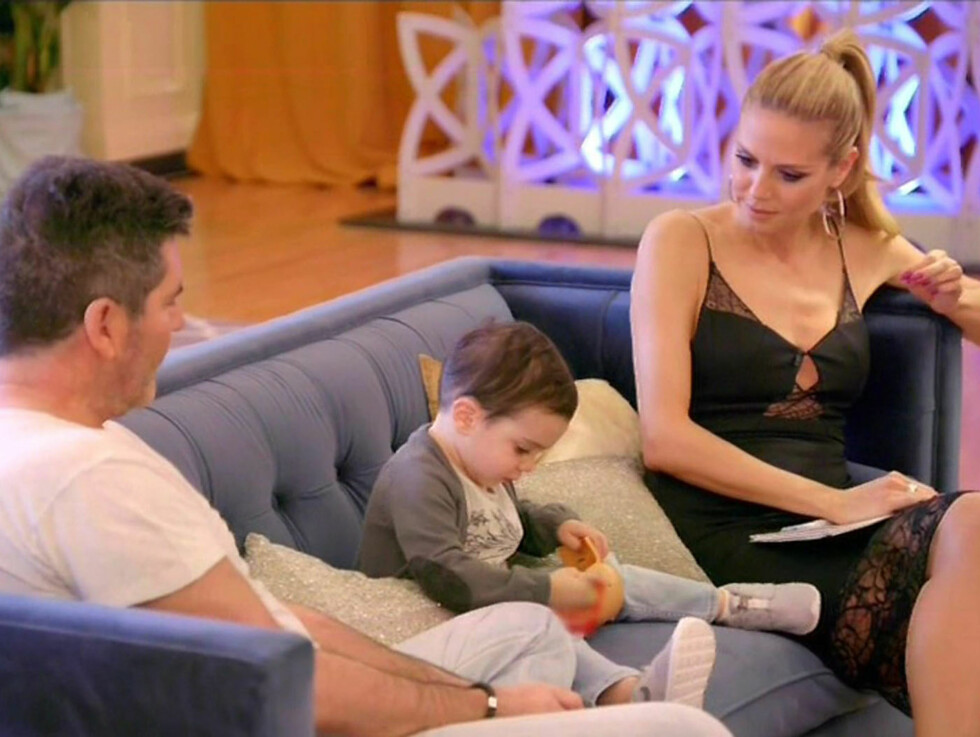 BLE SJARMERT: Simon Cowells TV-kollega, supermodell Heidi Klum, slo seg ned i sofaen backstage med Cowell senior og junior. Foto: Xposure