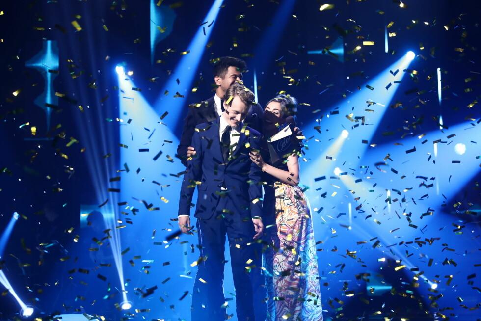 """STAKK AV MED SEIEREN: Marius Samuelsen (i forkant) har all grunn til å juble i dag – for kort tid siden stakk han nemlig av med seieren i årets """"Idol""""-sesong. Foto: TV 2"""
