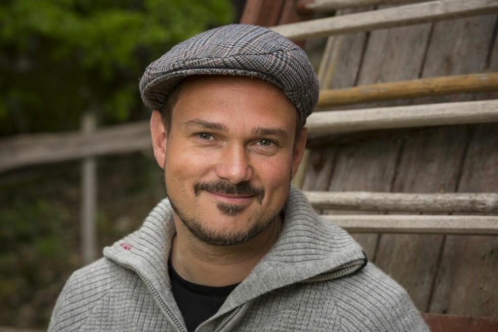 OPP FRA SOFAEN: NRK-profilen Tore Petterson prøver seg på en type TV-program. Foto: Tor Lindseth