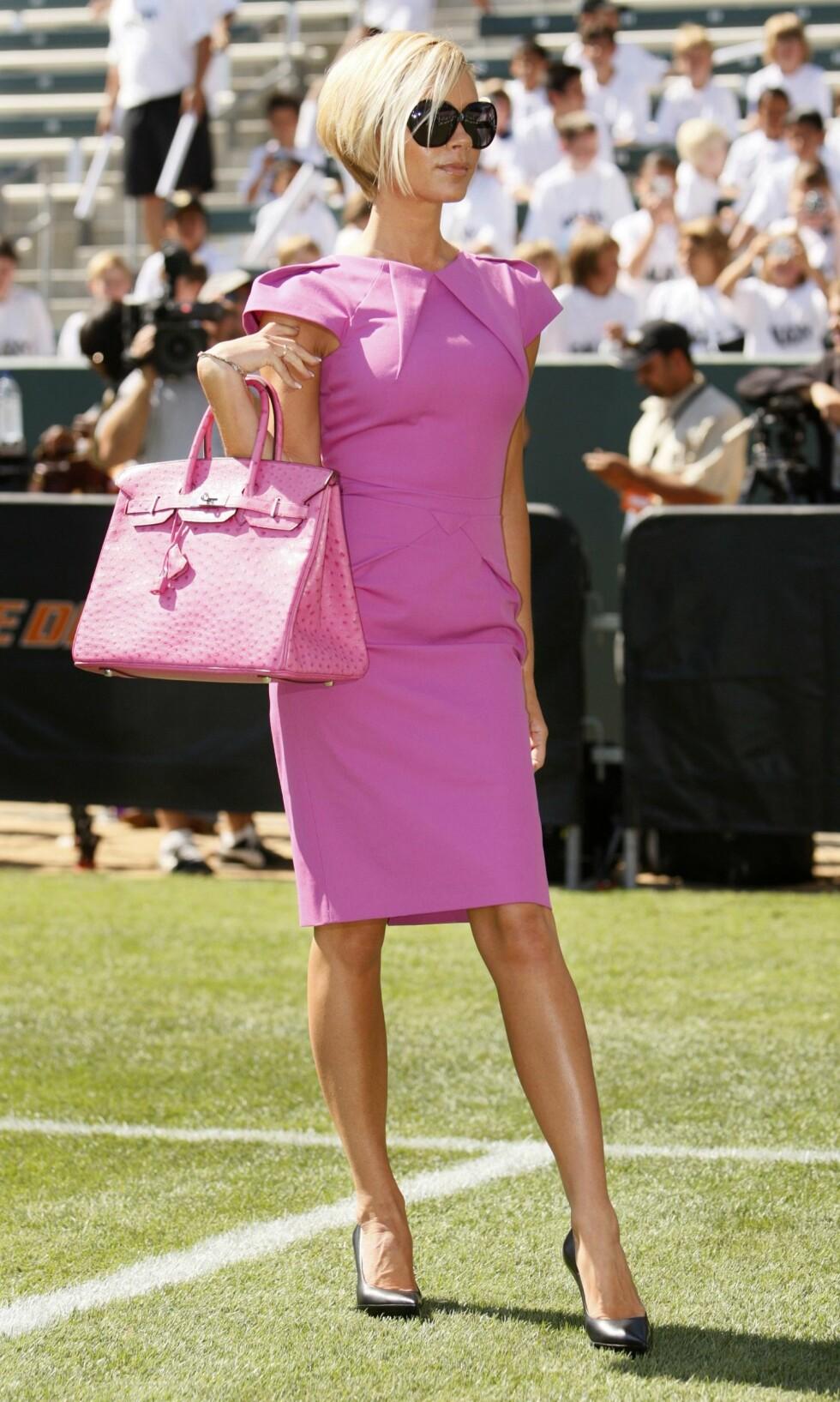 PÅ GRESSMATTEN: Victoria Beckham poserer vant ute på banen til fotballaget LA Galaxy i Carson, California sommeren 2007. Dengang introduserte hun David Beckham som lagets nye spiller.   Foto: REUTERS