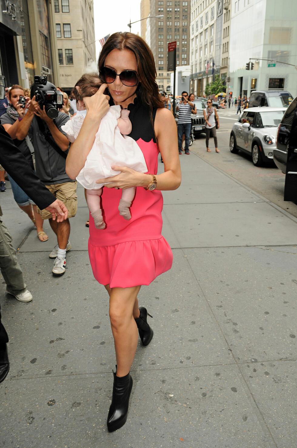 FIKK KRITIKK: Enkelte mente Victoria Beckham tok en unødvendig risiko, da hun var ute på vift med nesten nyfødte Harper - og skyhøye hæler - i New York i september 2011.  Foto: Buzzfoto.com
