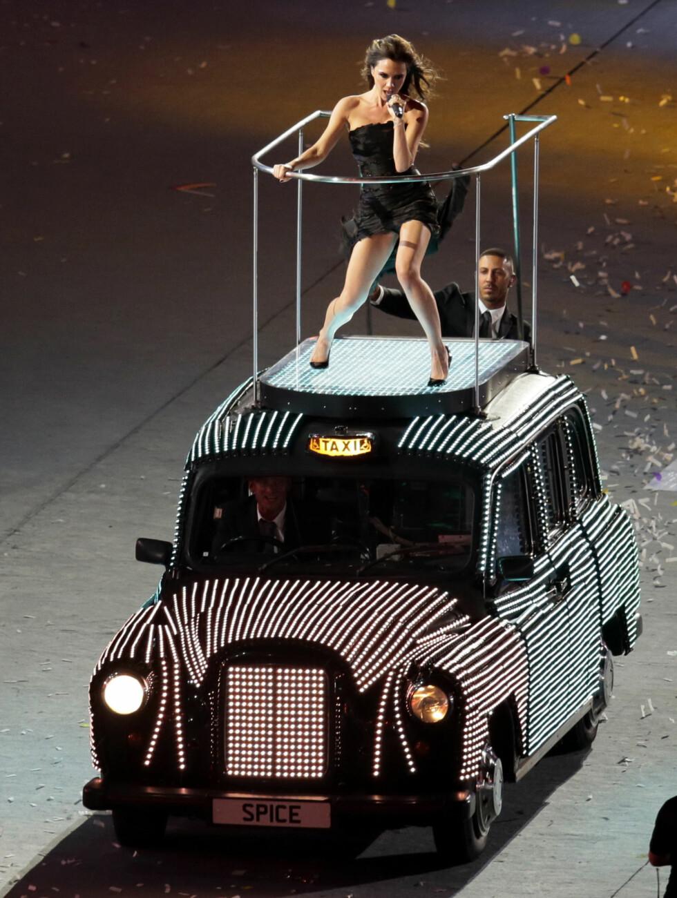 DROSJESTUNT: Victoria Beckham opptrådte sammen med Spice Girls på avslutningsseremonien til London-OL sommeren 2012 - iført høye hæler, på taket av en britisk drosjebil.   Foto: Ap
