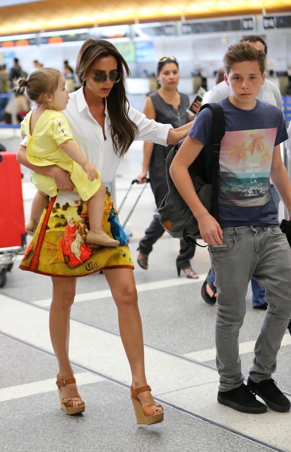 FLYR MED STIL: Victoria Beckham på flyplassen LAX i Los Angeles, sammen med eldstesønnen Romeo og datteren Harper sommeren 2013.  Foto: wenn.com