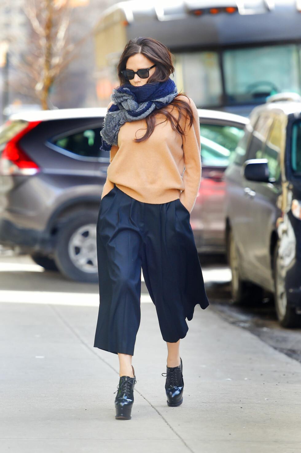 HÆLER I ALL SLAGS VÆR: I midten av februar i år viste Victoria Beckham seg ute på Manhattan inntullet i et varmt skjerf - men med mindre varme, skyhøye lakkskoletter på føttene.  Foto: Buzzfoto.com