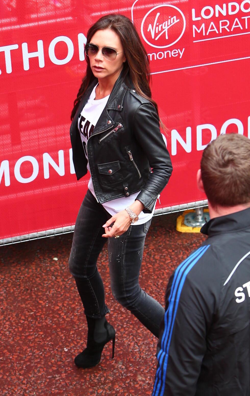 «SPORTY»: Da Victoria Beckham heiet på sønnen Brooklyn under London Marathon forrige helg, var hun selvsagt iført høye hæler.  Foto: wenn.com