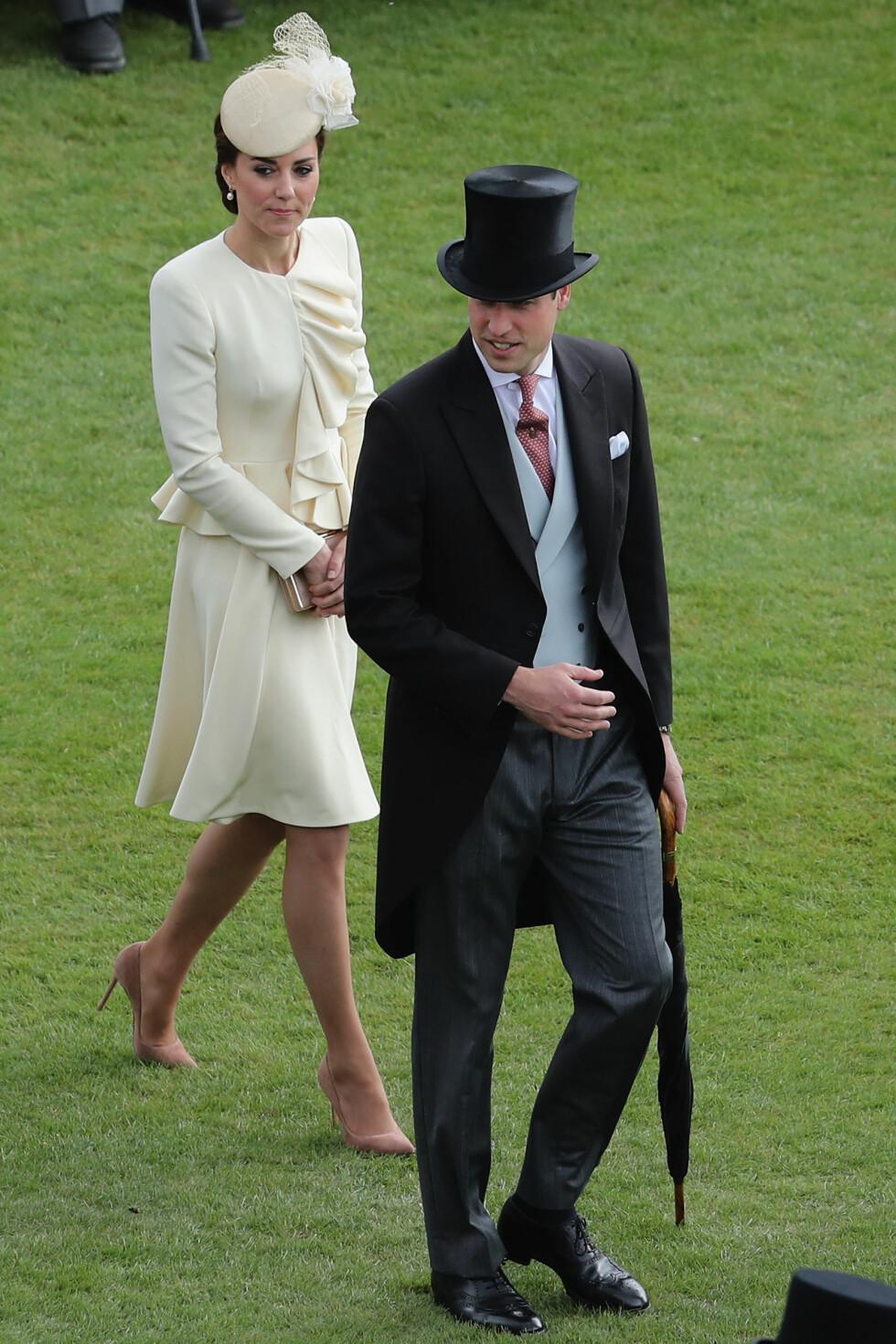 ELEGANT: Hertuginne Kate i høyhælte pumps sammen med prins William på en hagefest ved Buckingham Palace i London 24. mai. Foto: Pa Photos