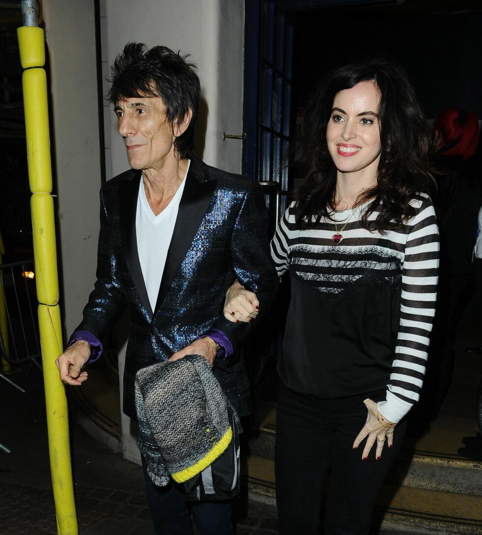 LYKKELIG GIFT: Ronnie Wood og Sally Humphreys giftet seg i 2012 etter å ha kjent hverandre i en årrekke.   Foto: Splash News