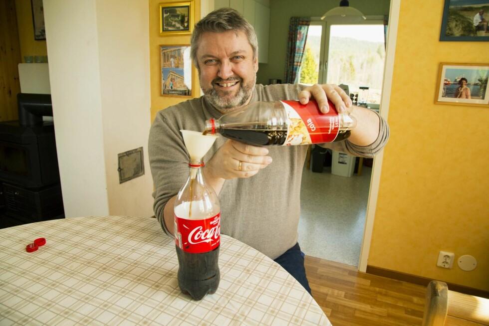 JUKSER LITT: Rune kjøper billig-Cola og heller over i original Coca-Cola-flaske. – Det er ingen i familien som kjenner smaksforskjellen, sier han. Foto: Morten Eik, Se og Hør