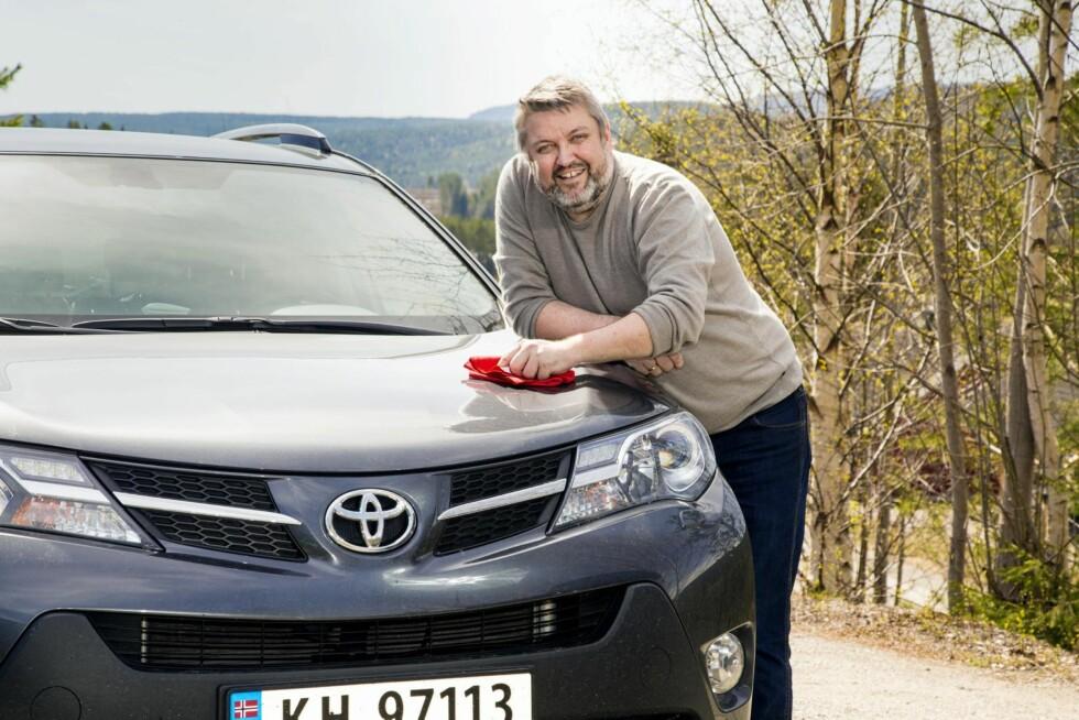 KLINTE TIL: Rune kjøpte en splitter ny Toyota Rav for to år siden. Det skjedde uten lån, og etter flere runder med pruting. – Jeg pusser bilen med en klut jeg insisterte på å få med da vi hentet bilen, forteller Rune. Foto: Morten Eik, Se og Hør