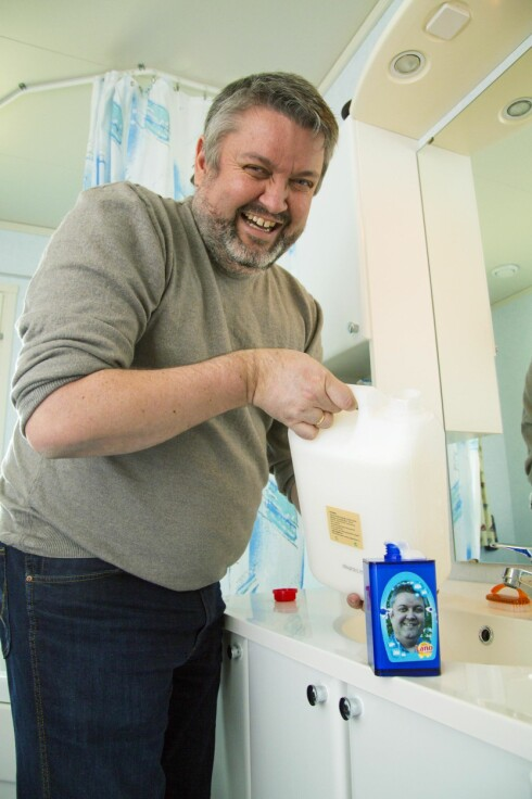 INGEN LANO: – Jeg kjøper aldri dusjsåpe eller håndsåpe. En fem liters dunke med såpe fra Blindeforbundet gjør jobben. Jeg fordeler såpen mellom dispenserne i huset, forteller Rune. Foto: Morten Eik, Se og Hør
