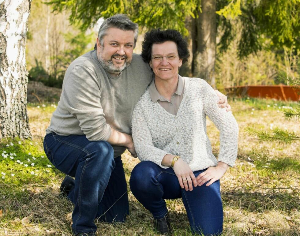 SPARER SAMMEN: – Vi har holdt sammen i over 25 år. Jeg har ikke råd til å skille meg fra Martina, men det vil jeg jo heller ikke. Jeg elsker min gjerrige frue, sier Rune. Foto: Morten Eik, Se og Hør