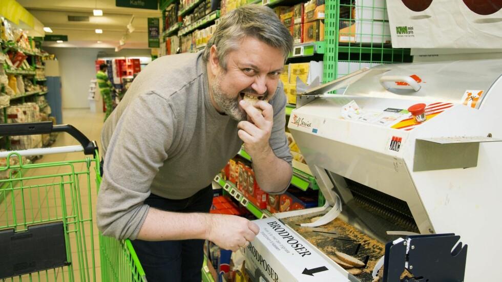 EN SMULE SPRØ: Rune Nikolaisen forsyner seg av brødskalkene fra brødskjæremaskinen i nærbutikken. – Dette er den god måte å få gratis lunsj på, mener 46-åringen fra Sigdal. Foto: Morten Eik, Se og Hør