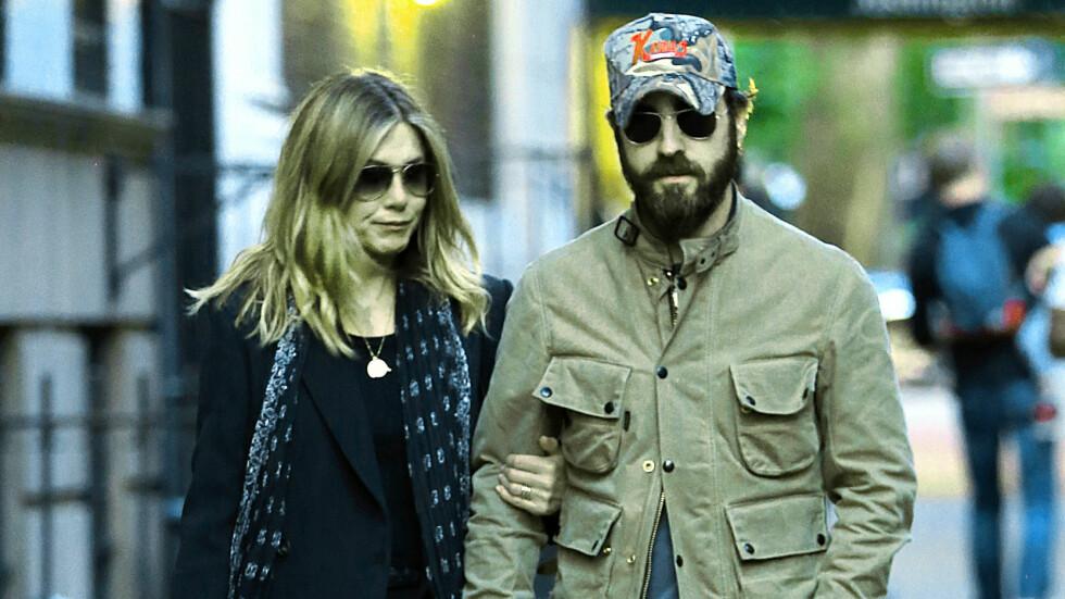 I SORG: Onsdag kveld bekreftet Jennifer Aniston overfor People at moren hennes, Nancy Dow, er gått bort. Her er Aniston avbildet med ektemannen Justin Theroux i New York i helgen. Foto: Splash News