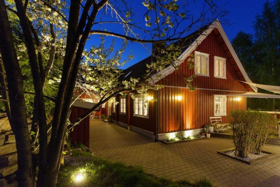 IDYLLISK: Eneboligen i Kongsberg har ifølge FINN-annonsen et bruttoareal på 288 m², og Anne Rimmen sier til Seoghør.no at huset også har en utleieleilighet. Foto: Dialog Eiendomsmegling