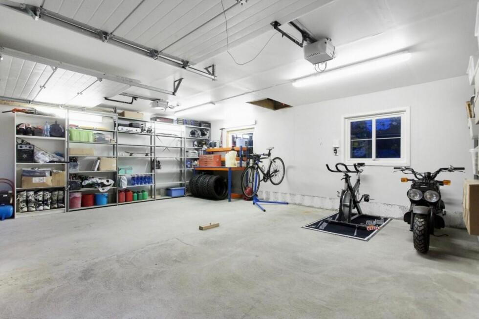 ROM FOR MEKKING: Den tidligere motorcross-kjøreren Ailo Gaup har hatt god plass til å mekke på sykler og andre actionfylte kjøretøy i garasjen. Foto: Dialog Eiendomsmegling