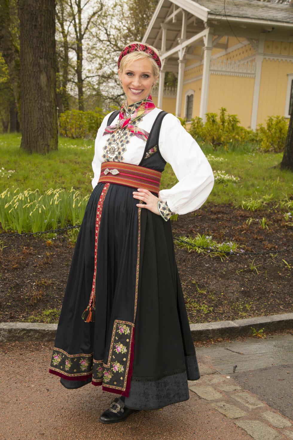 VAKKER I BUNAD: Anne Rimmen var en av NRK-profilene som loset det norske folk gjennom festlighetene på nasjonaldagen - og da bar den gravide 34-åringen en stakk fra Telemark. Foto: Morten Eik / Se og Hør