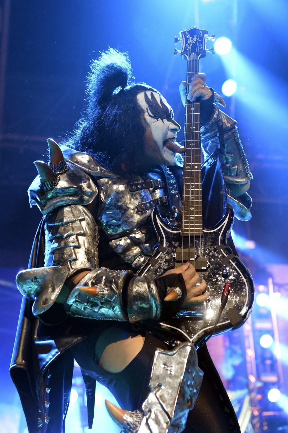 DIGGER ANGELINA: Gene Simmons, vokalist og bassist i rockebandet Kiss, er en av stjernene som har trykket Angelina Jordan til sitt bryst. Her er han på scenen i Paris i juni 2015.  Foto: Afp