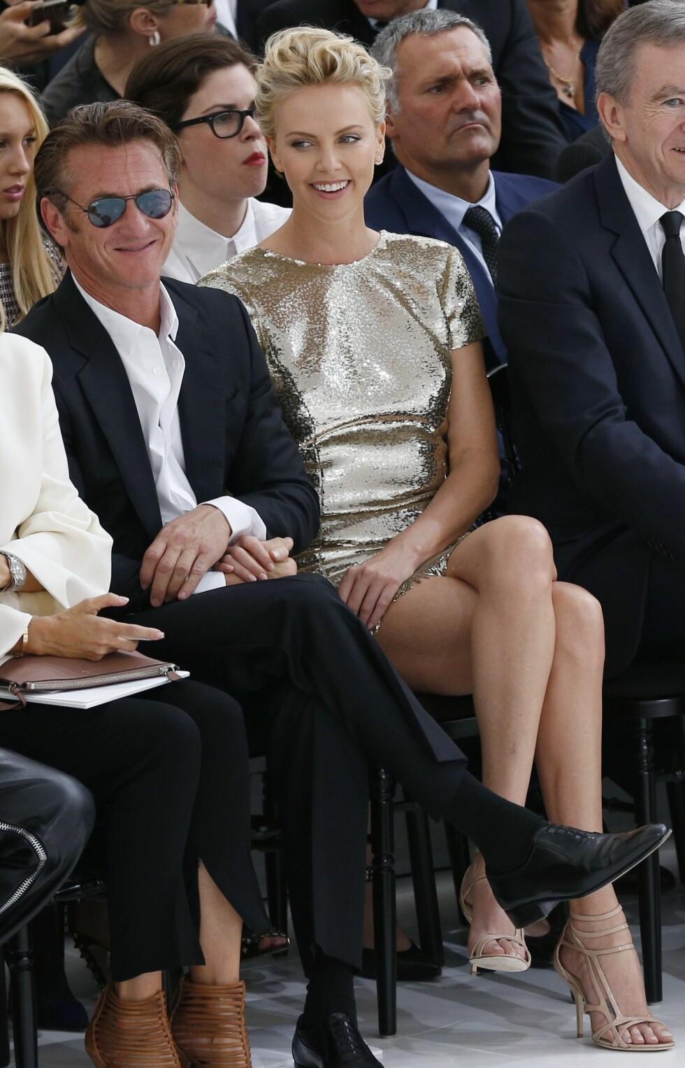 NYFORELSKET: På Christian Dior-visningen i Paris i juli 2014 var stemningen en helt annen mellom Sean Penn og Charlize Theron. Foto: Afp